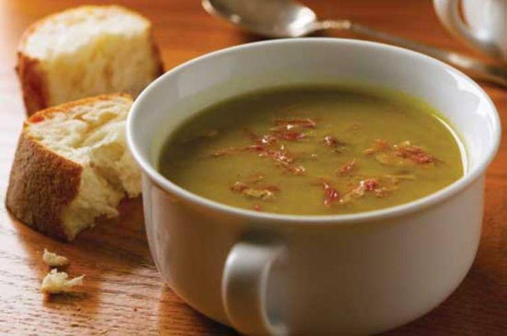 Gosta de uma refeição que aqueça o corpo e a alma? Experimente esta sopa cremosa. #Creme_de_ervilhas_com_presunto #receitas #sopa #ervilhas #presunto #frio #inverno