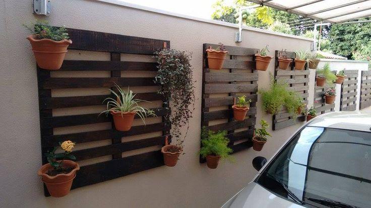 Aprovechar todos los espacios! Aqui unos palet en la pared del estacionamiento ;)