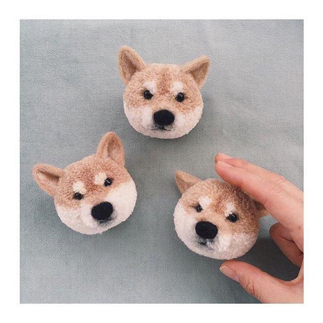 「柴のすゝめ」第13回 柴犬にまつわるモノコトをブログっぽく書き綴る「柴のすゝめ」久々の投稿です今回は「動物ぽんぽん」でお馴染みの Tsubasa Kurodaさん(@trikotri222)をご紹介。  柴犬をはじめ、リスやニャンコ、様々な動物の顔を毛糸で表現。一つ一つ心がこもっていて表情があるんです。色使いも素材もほんと柔らかくて、癒されます。またその作り方を全国の方々に共有してムーブメントに。素敵です  気になった方は是非とも覗いてみてくださいな✌️ → @trikotri222 ←  # #柴のすゝめ #黒田翼 #trikotri #動物ぽんぽん by shiba_snap