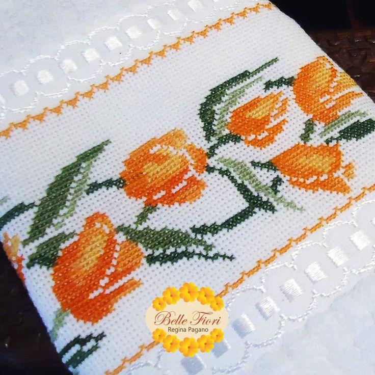 Detalhes da toalha de lavabo bordada a mão em ponto cruz.