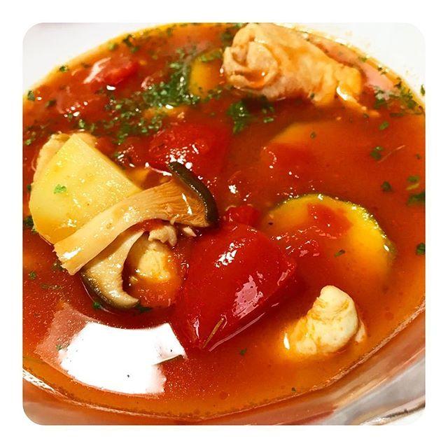 昨日の夜ごはんは、夏野菜とチキンのトマト煮込み🍅  #晩ごはん#夜ごはん#ごはん#料理#クッキング#クッキングラム#インスタフード#手作り#夏野菜#野菜#トマト#ズッキーニ#キノコ#ハーブ#鶏肉#肉#オシャレ#美味しかった