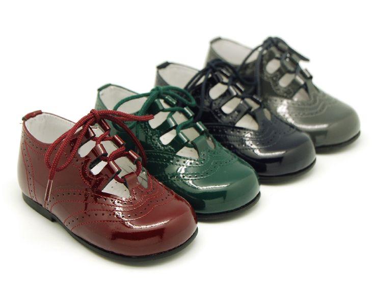 Tienda online de calzado infantil Okaaspain. Zapato inglés en charol sin lengüeta en colores de otoño para niños y niñas. Calidad al mejor precio hecho en España. envíos gratis, 24-48 horas laborables.