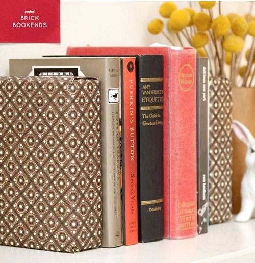 Bricks wrapped in fabric = bookends.Good Ideas, Covers Bricks, Wrapping Papers, Diy Crafts, Matching Decor, Wraps Bricks, Scrapbook Paper, Bricks Bookends, Fabrics Covers