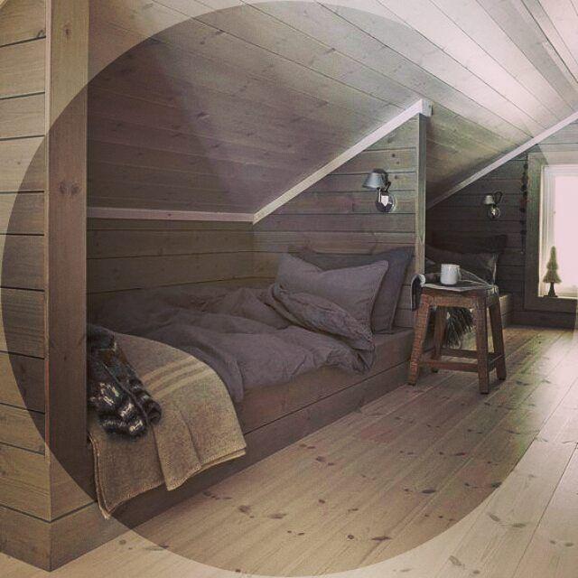 Спальня в деревянном коттедже обычно на верхнем этаже. Так что на размещение кровати влияют потолки и их наклон.   EvroDom от цели к результату!    #чердак #дизайнинтерьера #дизайндома #дизайнчердака #спальня #тверь #тверь69 #ремонтвмоскве #москваремонт #ремонтквартирмосква #евроремонт  #идеидлядома
