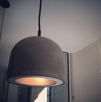 Doux à l'intérieur, mais costaud à l'extérieur. Ca caractérise cette lampe suspendue, créée en béton avec douille en métal noir et cordon en tissu. Très spécial (et parfaite pour les intérieurs modernes)!