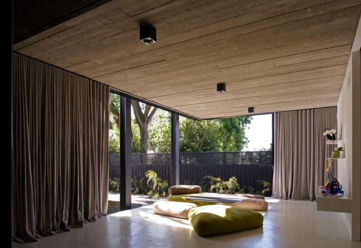 La nuova sezione sul retro di Elm&Willo House ospita il living. Nella foto il salotto, dallo stile casual e informale, composto da 4 pouf e un tavolino da caffè
