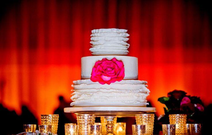 Hochzeitsdeko Ideen - weiße Hochzeitstorte mit echten Blumen dekoriert
