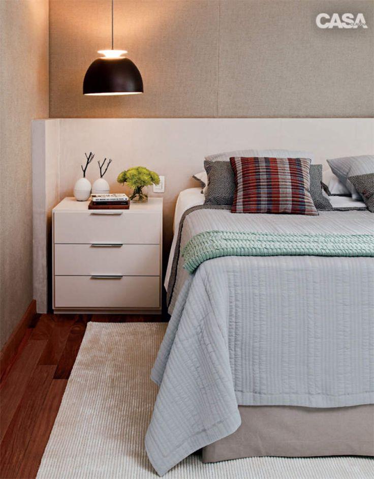 Neste quarto, os arquitetos Julyana Bortolotto e Daniel Fromer uniram painel forrado de camurça a parede coberta de linho
