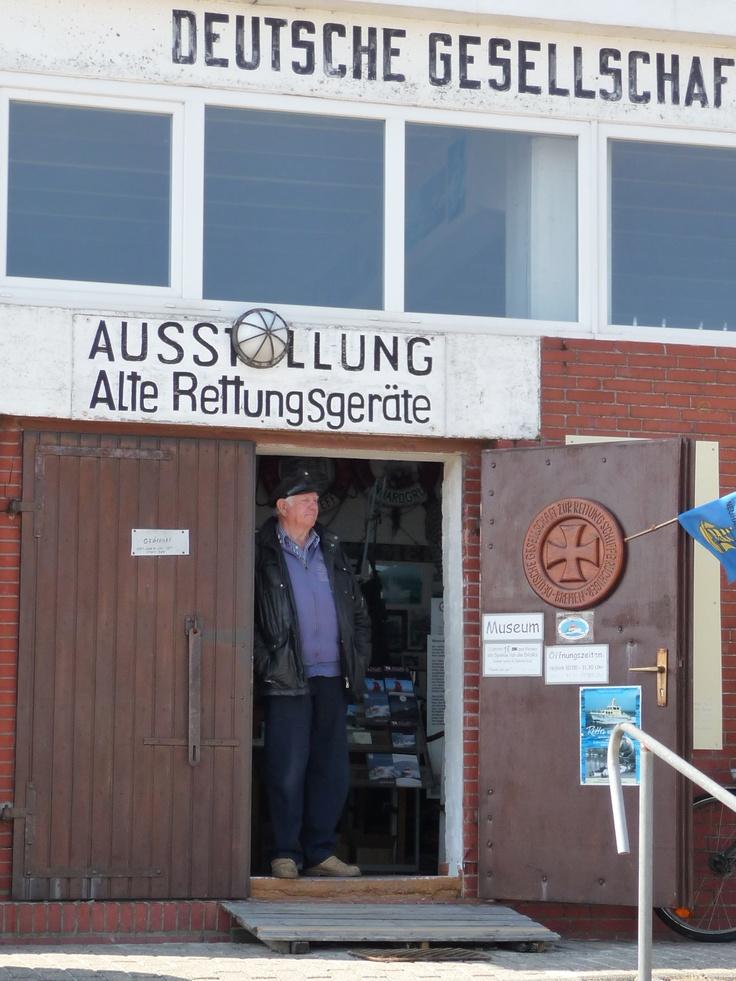 Am Rettungsschuppen angelehnt erzählt Hinrich Klattenberg alte Seemannsgeschichten (Neuharlingersiel, Niedersachsen).
