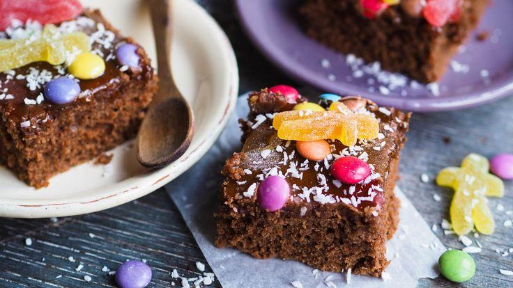 Samarbeid med Rema 1000 Denne kaken minner meg om barndommen. Mor lagde alltid denne kaken når vi skulle feire bursdag. Og siden mor har tre barn så måtte hun lage den minst tre ganger i året. Kaken er superlett å lage, den er saftig og glasuren er til å dø for. Jeg vet ikke med …