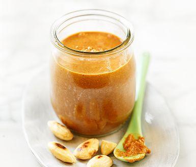 Ett smör av nötter eller mandlar gör du enkelt själv. Här är det sötmandel som står i centrum, men det går lika bra med cashewnöt, valnöt eller pistagenöt. Just det här mandelsmöret är gott som pålägg, topping på gröten eller att bre på pannkakor!
