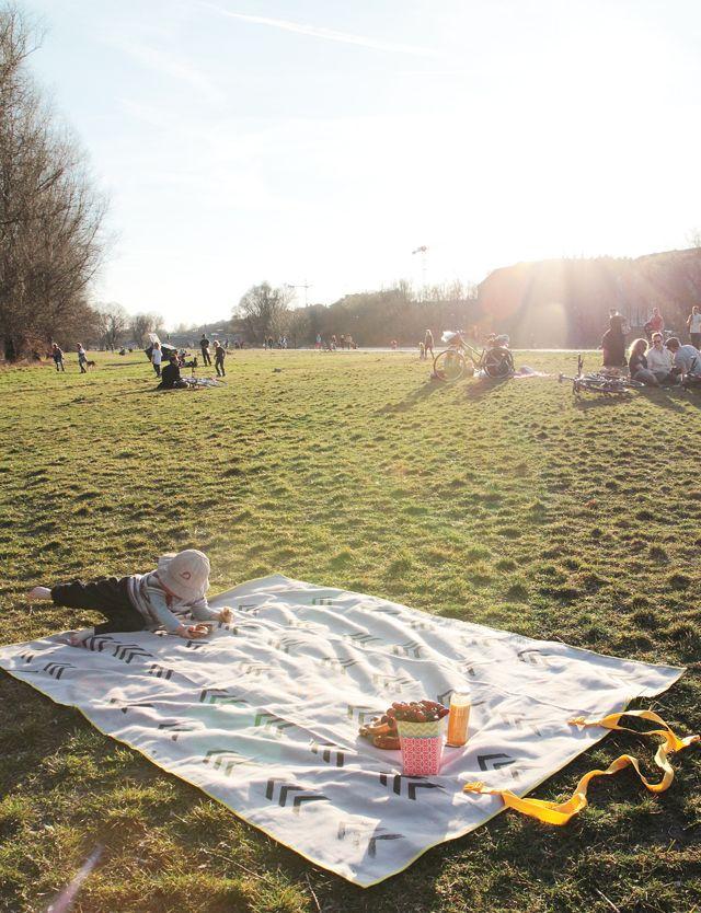 DIY-Anleitung: Picknickdecke zum Umhängen. #diy #textildruck #stoffdruck #stempel #tutorial