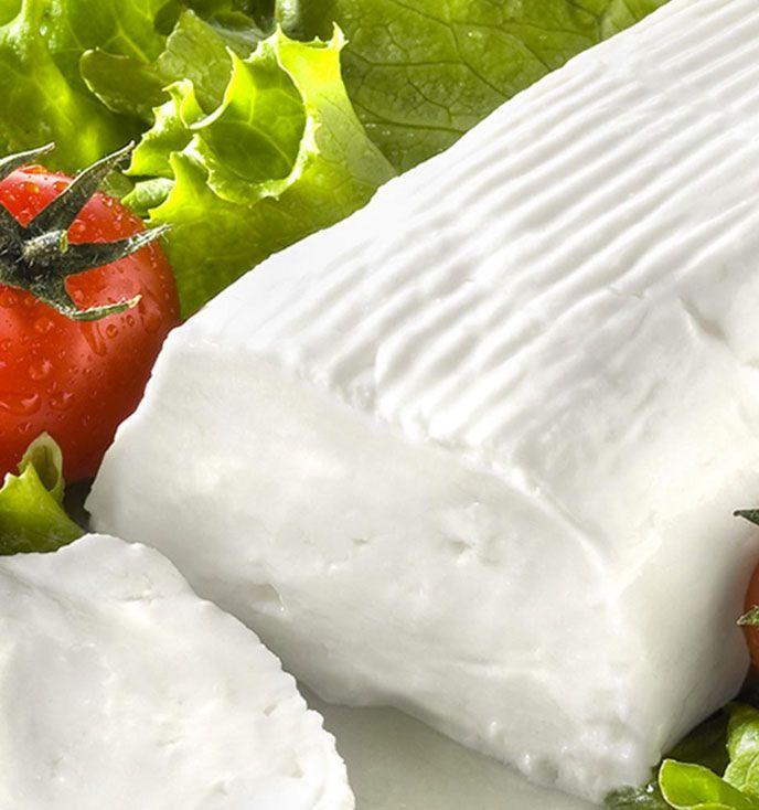 Preparate il pesto di pomodori secchi: tritate grossolanamente i pomodori fino ad ottenere una crema.  Tagliate a fette le zucchine e grigliatele. D