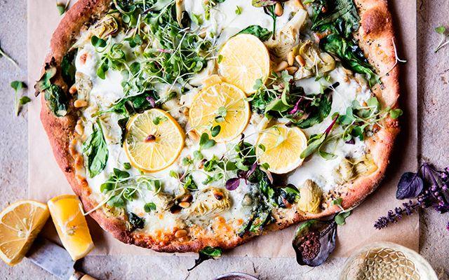 Volkoren pizza met spinazie en artisjok