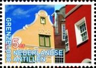 Postzegel Nederlandse Antillen__De eerste Nederlanders in Willemstad waren vermoedelijk gesteld op het comfort van het stenen huis van 'thuis'. De eerste huizen waren replica's van Amsterdamse grachtenpanden, gebouwd van geïmporteerde bakstenen. Het gele huis (in Caraïbische kleurenpracht) op de Antilliaanse postzegel is het Penhahuis uit Willemstad (eerste helft 18e eeuw).