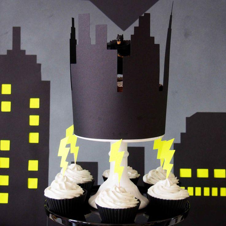 Contour de gâteau en papier pour décoration d'un gâteau d'anniversaire sur le thème de Batman www.rosecaramelle.fr #batman #superhéros #batmanparty #superheroe #sweettable #fete #anniversaire #party #candybar