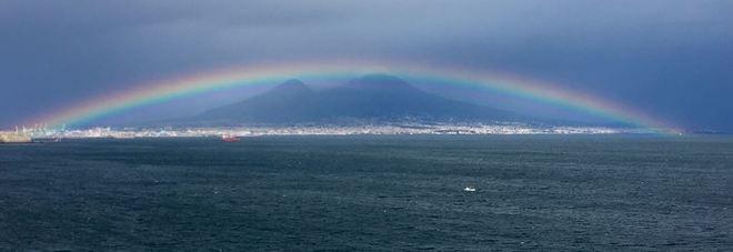 Napoli, l'arcobaleno «abbraccia» il Vesuvio: le immagini spopolano | Il Mattino