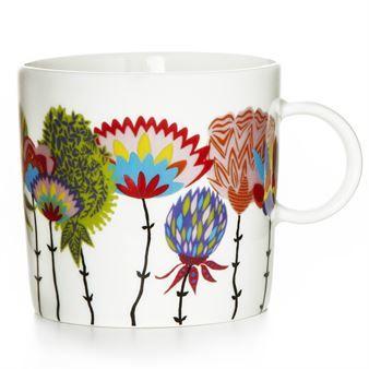 Duka bordet med den färgstarka Vappukukka kopp designad av Matleena Issakainen för varumärket Vallila Interior. Vappukukka betyder