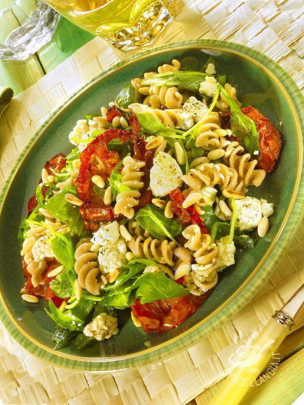 Wholemeal pasta with cheese and arugula - Un piatto adatto a chi ha poco tempo e desidera una ricetta vegetariana sfiziosa. I Fusilli integrali con rucola e quartirolo sono buoni e ricchi di fibre.