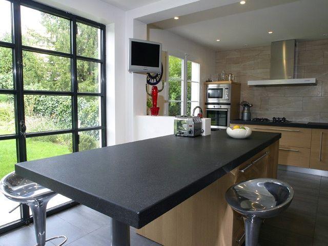 Plan de travail cuisine granit noir et table centrale for Cuisine metal noir