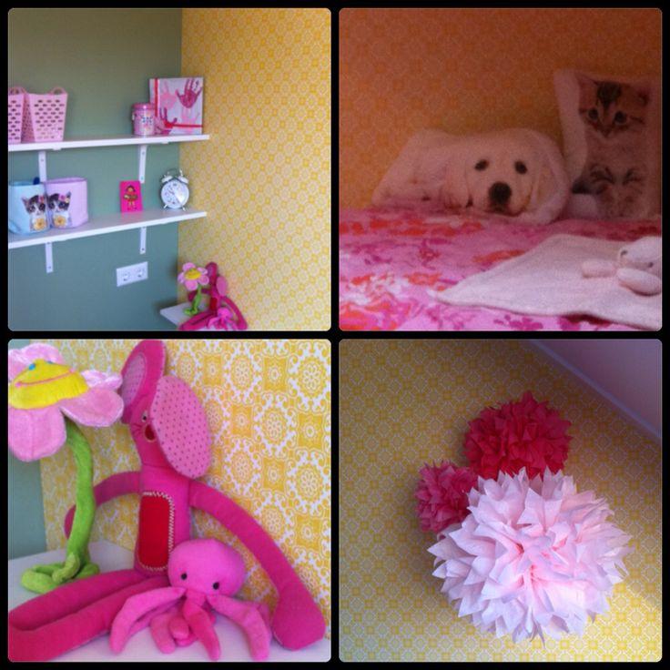 Girls room yellow, olive green and pink. Meisjeskamer geel, olijfgroen en roze. Behang Karwei. Dekbed Hema. Kussentjes poes en hond H&M. Mandjes met poezenprint H&M. Plankjes aan de muur Ikea. Wekker Hema.