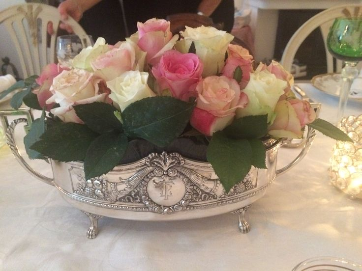 Downton Abbey party: roser i sølv jardiniere
