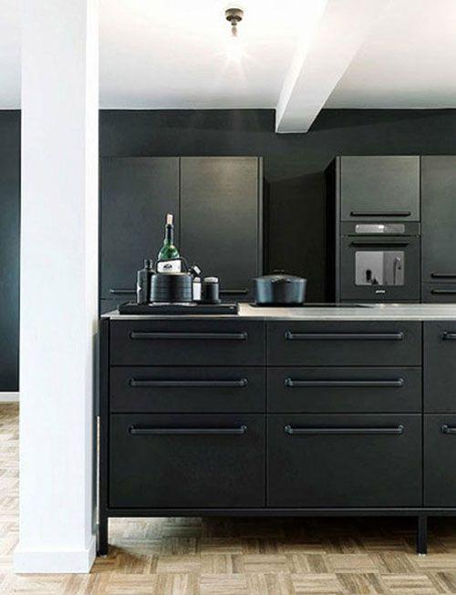 Hoogglans zwarte keukens zijn erg populair. Hoogglans straalt luxe en glamour uit en past heel goed bij moderne interieurs. Persoonlijk ben ik veel meer liefhebber van mat. Vooral een mat zwarte keuken kan zó mooi en stijlvol zijn. Aan de ene kant valt het minder op dan een zwarte hoogglans keuken. Mat zwart is meer bescheiden. Maar als het eenmaal je aandacht weet te trekken, kan je er urenlang naar blijven kijken. Ben jij liefhebber van mat of hoogglans zwarte keukens? Prachtige mat zwarte…