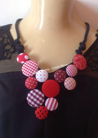 Lindo colar confeccionado com botões cobertos.