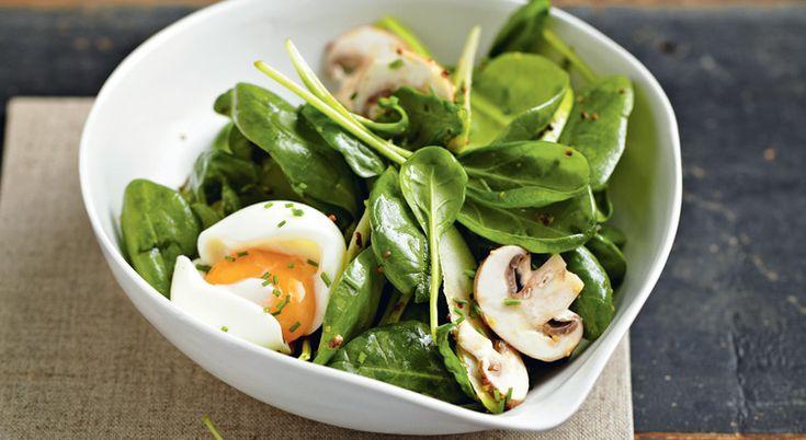 Recette de salade de pousses d'épinards aux oeufs mollets et aux champignons