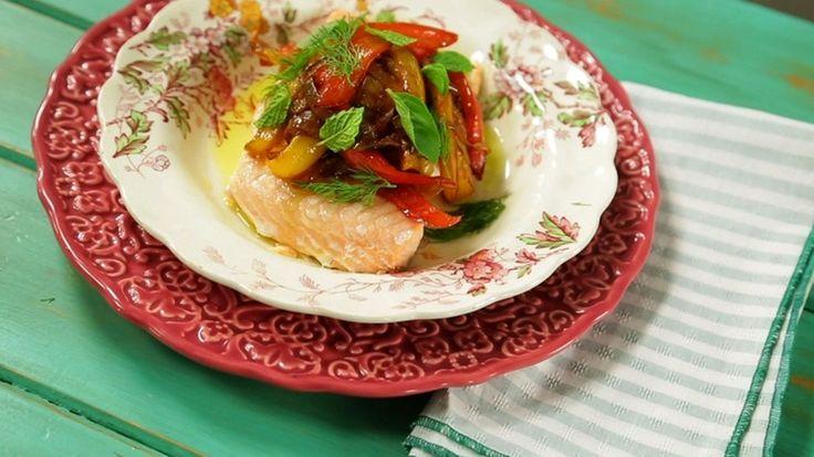 Salmão cozido no vapor com pimentão chamuscado: receita da Rita Lobo - Receitas - GNT