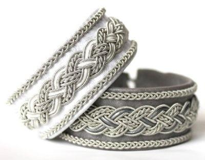 Stilfulla armband från AC Design!    Armbanden är tillverkade av tenntråd som innehåller 4% silver och är nickelfri, renskinn, lammnappa, renhornsknapp, läderrem.