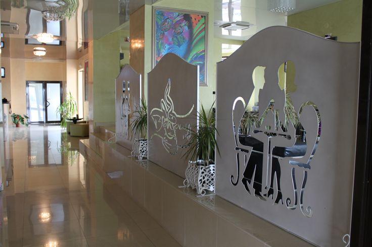 """Panouri decorative taiate in plasma si vopsite in camp electrostatic """" alb marmorat cu auriu""""."""