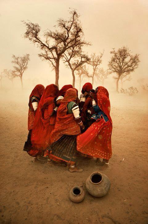 Африканские девушки в красном