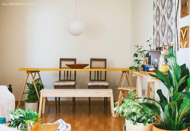 Sala de jantar com mesa de cavaletes, cadeiras antiguinhas e banco de pinus.