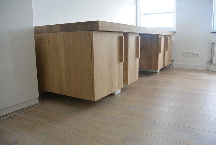 Eikenhout bureautafel met 4 ingebouwde kasten met uitschuifbare lades, speciaal voor u wordt dit bureau op maat gemaakt. #leveninstijl.nl #meubelwinkelalkmaar #eikenhoutbureau #bureauopmaat #kantoortafel