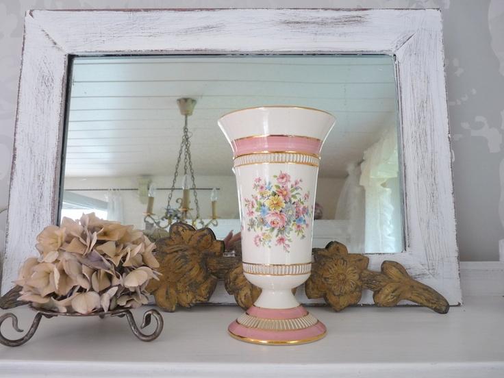 Wunderschöner antiker Porzellan-Kelch aus einem Kunsthaus.  Traumhaft schönes und romantisches Dekor.  Einen kleiner Riss (siehe Foto) ist vorhanden.
