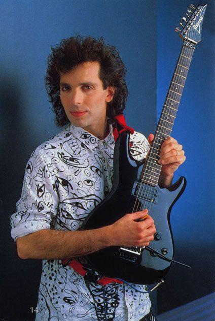 Joe-Satriani Joe Satriani, surnommé « Satch », est un guitariste et guitar hero américain né le 15 juillet 1956 à Westbury dans l'État de New York, influencé par Jimi Hendrix, il a incarné Voldomort dans Harry Potter. IL joue de la super musique.