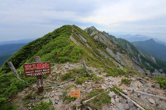 稜線の先には剣ヶ峰