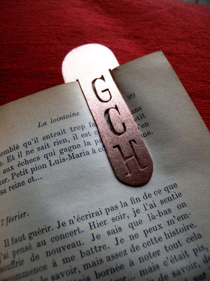 Marcador de libro en Cobre, con iniciales personalizadas.