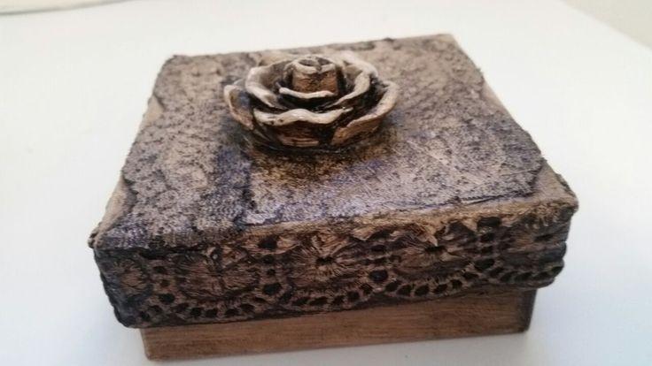 Caixinhas de papelão comum. Técnica: aplicação de tinta branca latex / nas laterais aplicação de barrado de fronha velha / aplicação de flor...