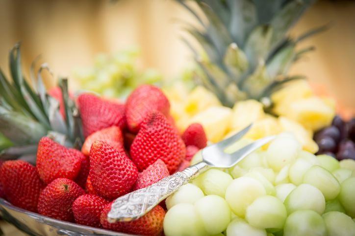 Het gebeurt soms dat we die sappige ananas links laten liggen omdat we écht geen zin hebben in spetterend en plakkerig snijwerk. Maar na het zien van dit filmpje lijkt het plots helemaal niet meer zo lastig. Hup, in het winkelkarretje dan maar! Mango, kerstomaatjes, avocado, aardbeien, watermeloen, ananas: het wordt een gezonde en vooral …
