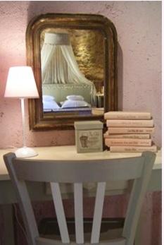 Entre livres et couleurs douces, le charme d'un petit bureau ou d'une coiffeuse