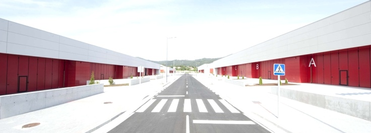 #AngelMir también está presente en #PortodoMolle, un polígono de suelo industrial y empresarial de más de 100 hectáreas en #Vigo. Las #puertas proporcionadas en este emplazamiento son nuestras puertas #plegables Plexi-Pass #autoportantes #door #foldingdoor #Spain
