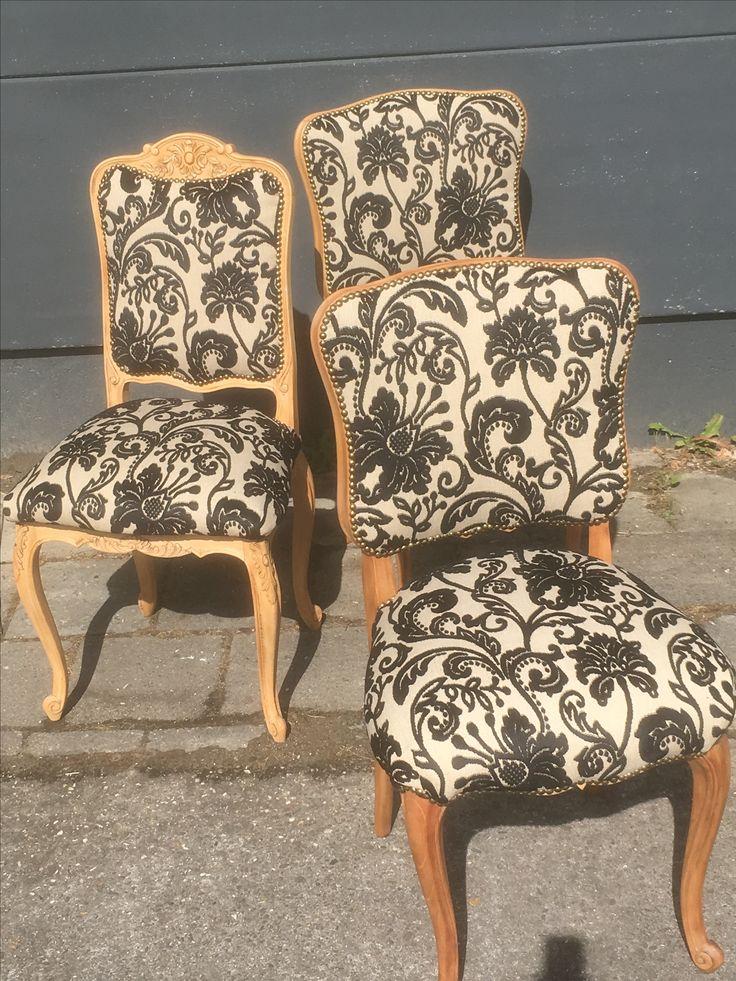 Queen Anne stoelen bekleed met chique velours. Oud is nieuw restaureert en stoffeert uw eigen stoelen met stof van uw keuze. Zelf geen mooie stoelen? Geen probleem. In de stoelen loods in Biddinghuizen vindt u de stoel die bij u past.