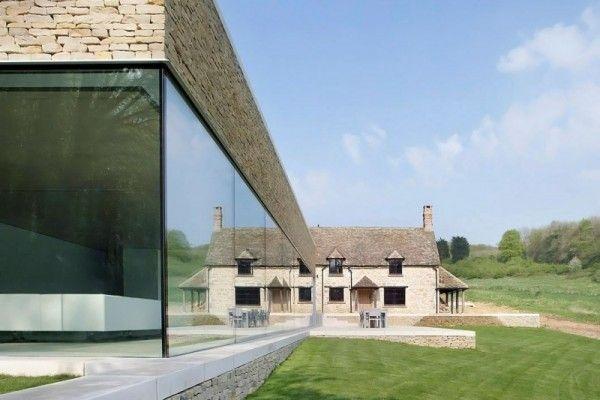 Private House est une maison de vacances située dans un coin pittoresque et isolé de l'Angleterre, les Costwolds. Conçue par le cabinet d'architecture londonien, Found Associates, la maison est une extension d'une structure en pierre datant du XVIII ème siècle. La conception s'étend à partir des deux extrémités de l'ancienne bâtisse mais ne l'enveloppe pas totalement. Ce projet permet à la fois, à la maison et à l'extension, de se sentir comme des volumes uniques vivant en harmonie.