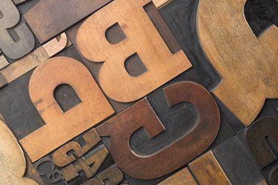 Holzbuchstaben können dekorative und günstige Kunstwerke sein.