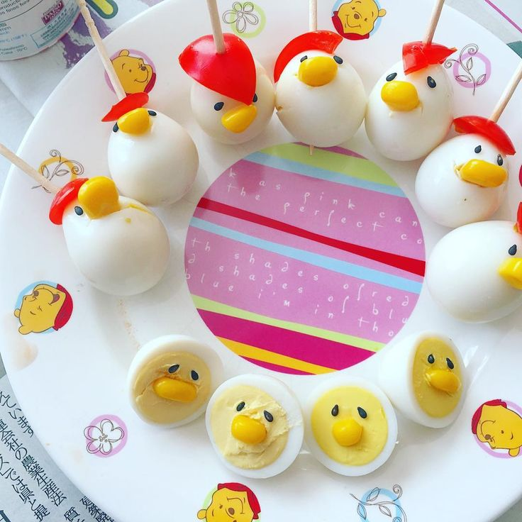 お弁当の定番、うずらの卵。そのうずらの卵を使った「うずらひよこ」が可愛いと話題になっていることをご存じでしょうか。今回は、酉年にぴったりな「うずらひよこ」の作り方や、「うずらひよこ」のアイデアレシピなどを紹介いたします。