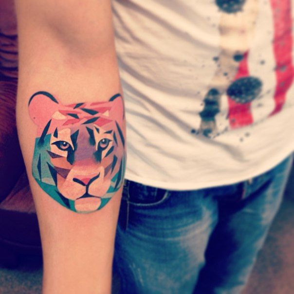 Wow, I love the colors, the shading and the fact that the tiger is constructed with different color triangles. #Tiger #Tattoo #Geometric