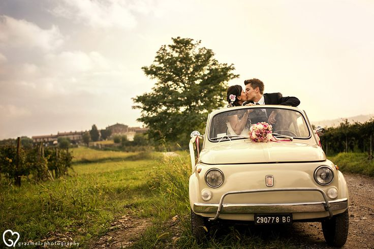 The beautiful and fascinating Franciacorta wine region, with its vineyards and hamlets, was the background of the wonderful wedding of Silvia and Matteo. #matrimonio #grazmelphotography #realwedding #weddingphotography #italianwedding #weddingcar #fiat500 #franciacorta #vineyardwedding