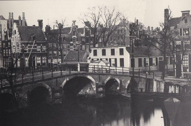 Amsterdam, de Herenmarkt met de voormalige soeploods 'aan de weldadigheid gewijd ' en de brug over Brouwersgracht op een foto van Jacob Olie 1865
